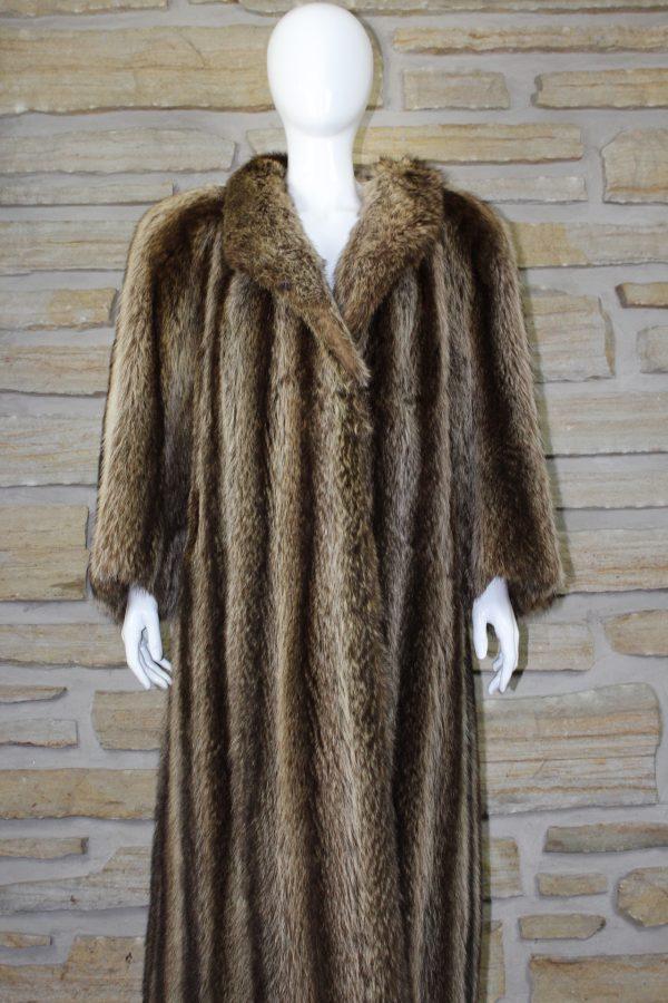 Manteau de fourrure en chat sauvage allongé ou raton laveur